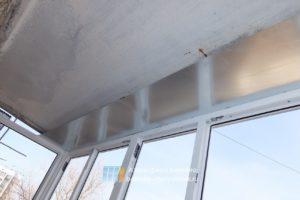Обшивка щелей на балконе