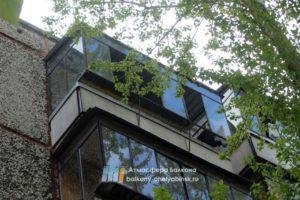 Балкон с железными рамами