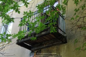 Старый балкон в двухъэтажке